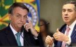 """O presidente Jair Bolsonaroatacou mais uma vez o ministro do STF (Supremo Tribunal Federal) e presidente do TSE (Tribunal Superior Eleitoral), Luís Roberto Barroso, que é contrário ao voto impresso. """"Um imbecil"""", disse Bolsonaro em referência ao magistrado. O presidente fez nova ameaça de que as eleições do ano que vem podem não ocorrer caso a urna eletrônica não seja alterada. Ele atribuiu a Barroso articulações políticas junto ao Legislativo para barrar a aprovação da Proposta de Emenda à Constituição do Voto Impresso"""