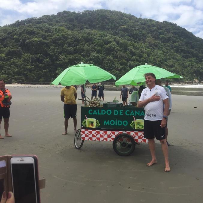 Na imagem, presidente Bolsonaro em Praia Grande (SP) durante o descanso de final de ano
