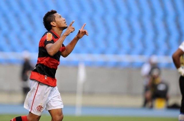 O PRIMEIRO DO ANO DOS SONHOS - Hernane começou 2013 com o pé direito: em 19 de janeiro, na estreia do Fla pelo Carioca, marcou os dois gols da vitória diante do Quissamã, assumindo de vez o papel do camisa 9 do time.