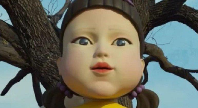 O primeiro dos desafios tem a presença de uma boneca, que ganhou bastante destaque na divulgação da série. O que deixa mais interessante é o fato dela existir! Ela está no museu Macha Land, no condado Jincheon.