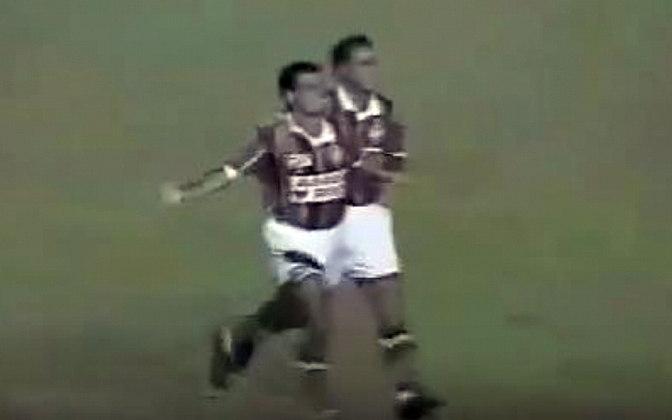 O primeiro Fla-Flu do Octogonal foi incrível. Mazinho Oliveira abriu o placar a um minuto para o Fla. Ézio igualou cobrando pênalti aos dez. Sávio balançou a rede, Renato Gaúcho anotou o seu e Marquinhos fez 3 a 2 para os rubro-negros. Tudo no primeiro tempo! Mas Rogerinho entrou e mudou o rumo do jogo, com dois gols: 4 a 3.