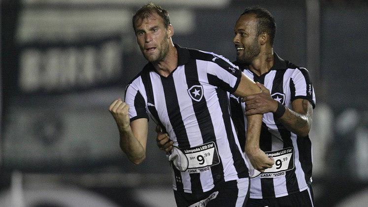 O primeiro gol de Carli veio pouco tempo depois. Na mesma edição de Campeonato Carioca, o zagueiro marcou na vitória sobre o Volta Redonda por 2 a 0, no dia 30 de março.