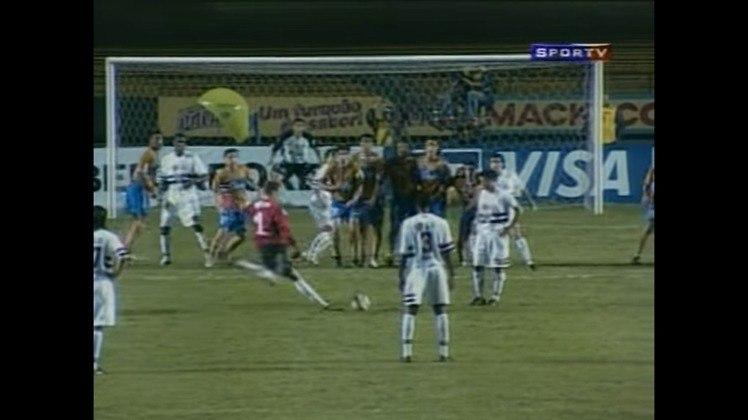 O primeiro gol foi marcado ainda no primeiro tempo, quando jogo ainda estava 0 a 0. Aos 30 minutos, Ceni bateu falta com maestria, passando pela barreira e morrendo nas redes.