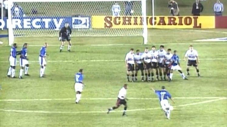 O primeiro jogo, disputado no Morumbi, terminou em 0 a 0. Já no segundo duelo, dá para dizer que a taça escorregou das mãos do Tricolor, que abriu o placar com Marcelinho Paraíba, mas tomou a virada nos dez minutos finais, com gols de Fábio Júnior e Geovanni.