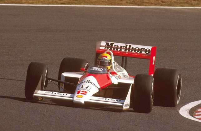 O primeiro título de Ayrton Senna foi na casa da Honda, no Japão. O brasileiro largou mal, recuperou-se e venceu a prova de maneira espetacular
