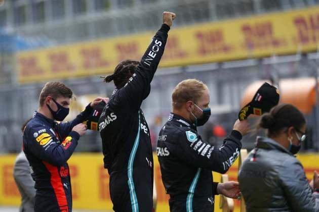 O protesto de Lewis Hamilton contra o racismo no pódio do GP da Estíria