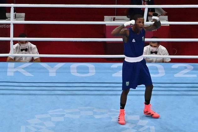 O pugilista brasileiro Wanderson de Oliveira está nas quartas de final da categoria leve (até 63kg) do boxe. O carioca venceu o bielorrusso Dzmitry Asanou por decisão dividida (3 a 2) nas oitavas de final.