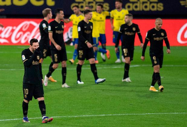 O quadro se agrava quando olhamos para a tabela de classificação do Campeonato Espanhol. Na nona colocação a distância para os líderes já supera a casa de dez pontos.