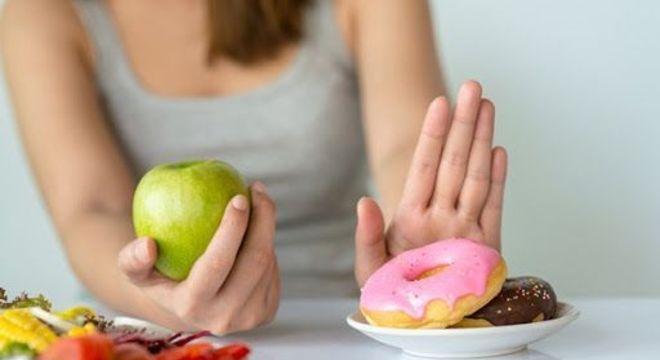 O que não comer na TPM - Alimentos proibidos e permitidos