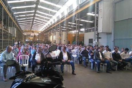 Palestra realizada na linha de produção parada por determinação do dono da Antoniosi