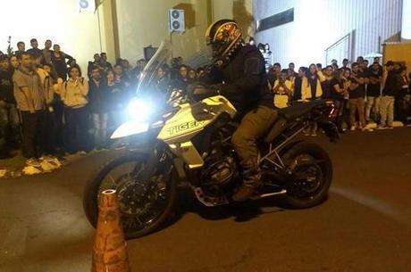Ensinando que o principal freio da moto é o dianteiro para alunos da ETEC de Taquarituba - SP, já foram 15 atendidas, mas objetivo é passar por todas em toda Estado de São Paulo a custo zero ao erário