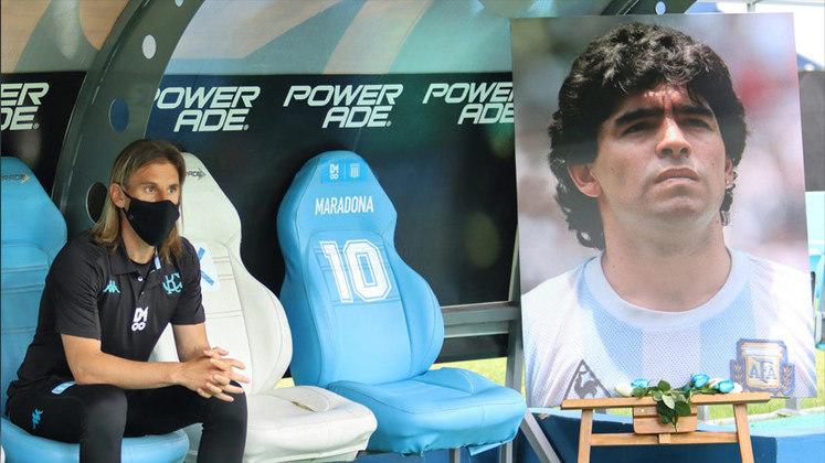 """O Racing, clube que Maradona trabalhou como treinador em 1995, encheu o Estádio El Clilindro de faixas e bandeiras do craque para enfrentar o Unión. Os jogadores do time de Avellaneda aqueceram ao som de """"Life is Life"""", música marcada por Diego na época do Napoli, e ainda subiram para o campo com uma camisa especial da seleção argentina, com o desenho do eterno camisa 10. O jogo terminou 1 a 0 para o time da casa."""