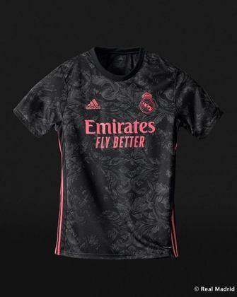 O Real Madrid deixou o rosa como cor secundária e optou por um fundo preto. Os detalhes cinzas no uniforme fazem referências às cerâmicas que são vistas pela cidade de Madri