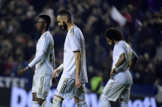 O Real Madrid está de quarentena após um jogador de basquete do clube contrair o coronavírus. Como há zonas comuns na Ciudad Deportiva merengue, o clube preferiu adotar a medida provisória. O jogo contra o City, pela Champions, está sob risco.