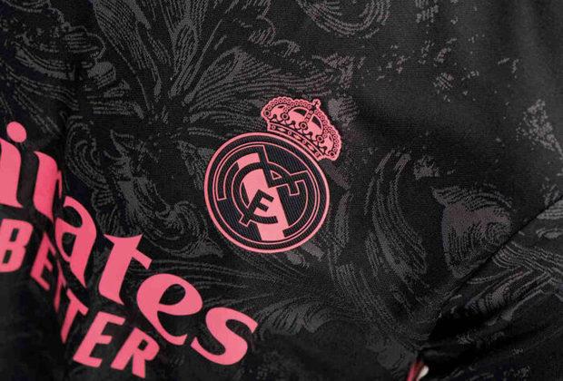 O Real Madrid lançou seu novo uniforme 3, que será vestido pelo time na temporada 2020/2021. O modelo, assinado pela Adidas, é predominantemente preto e leva detalhes em rosa e cinza escuro, cor esta que é usada em grafismos que fazem referências às cerâmicas que são vistas pela cidade de Madri. Veja imagens do uniforme na galeria.