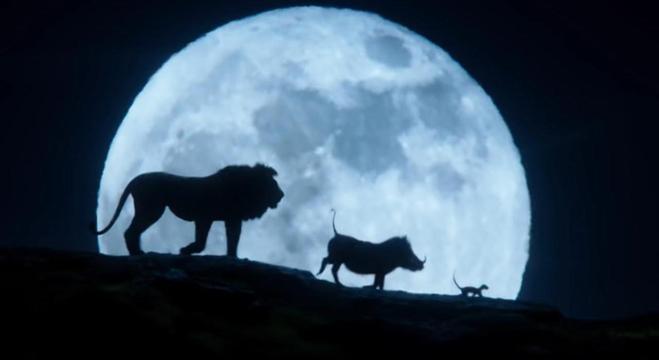 Simba, Timão e Pumba em cena clássica reproduzida da animação