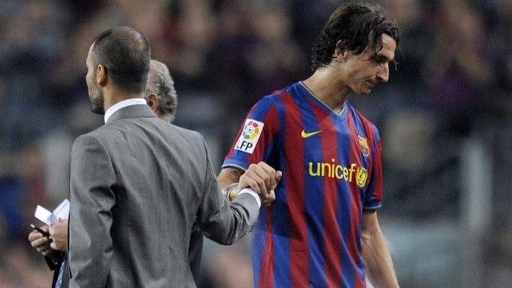 """O relacionamento do treinador Pep Guardiola com o sueco Ibrahimovic foi muito conturbado durante a passagem do atacante pelo Barcelona. Alguns anos atrás, em uma entrevista, Ibra disparou: """"Nunca tivemos um confronto, por culpa dele. Quando discutíamos, ele se escondia de mim. Esperava que eu passasse para só então sair do vestiário. Como técnico, é um fenômeno. Mas como homem..."""