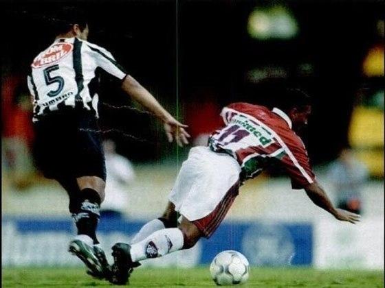 O Rio de Janeiro sempre foi um lugar especial para Alex. Carioca de nascimento, fez a base em São Paulo, passando pelas categorias de formação do Juventus da Moóca e, posteriormente, do Santos, quando foi elevado ao time principal em 2001. No ano seguinte, tornou-se aposta do técnico Leão entre os titulares, fazendo a sua estreia no Rio, no empate 1 a 1 do Peixe contra o Fluminense, no Maracanã, pela quinta rodada do Brasileirão de 2002.
