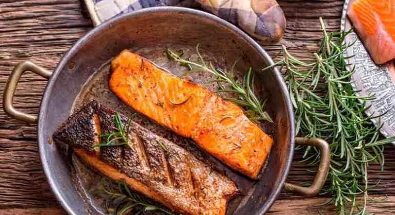 O salmão é rico em ômega 3 e com isso sua pele tende a ficar mais hidrata e protegida do sol. Além disso, a astaxantina é fundamental para combater radicais livres.