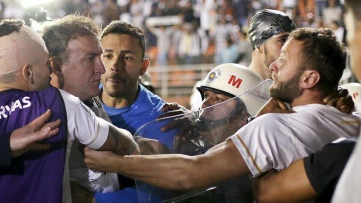 O Santos fazia uma boa campanha pela Libertadores de 2018 até uma infelicidade administrativa atrapalhar os planos do clube na competição. O meia Carlos Sánchez foi escalado irregularmente no jogo de ida das oitavas de final, contra o Independiente, na Argentina, em uma falha de comunicação entre o Peixe e Conmebol. Ao ser acusado, a entidade sul-americana puniu o Peixe e o jogo que, no campo, terminou 0 a 0, acabou se tornando 3 a 0 para os argentinos, por conta do WO. Houve confusão no jogo de volta, no estádio do Pacaembu.