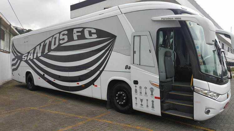 O Santos já estilizou o seu ônibus com o formato de um peixe, além de trazer na lateral alguns dos seus principais títulos.