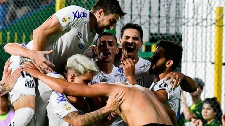 O Santos retomou os treinamentos com bola nesta quarta-feira, mas não entra em campo por uma partida oficial desde o dia 14 de março. Há mais de 100 dias sem jogar, relembre os jogos do Peixe antes da paralisação.