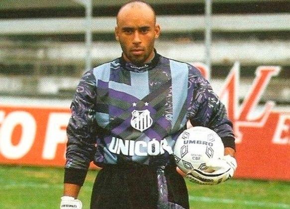 O Santos também teve camisas marcantes de goleiro. Edinho vestiu essa com mistura de azuis na década de 90