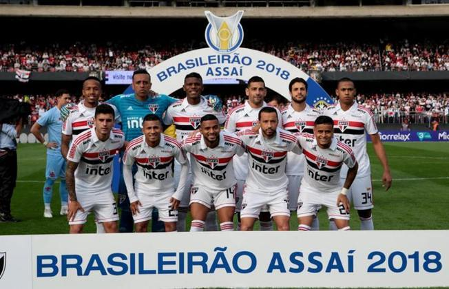 O São Paulo chegou à liderança do Campeonato Brasileiro deste ano, após derrotar o Goiás por 3 a 0, na Serrinha. Portanto, depois de dois anos, o Tricolor volta a ficar na ponta do Brasileirão. O LANCE! mostra a escalação da equipe na vitória sobre o Vasco por 2 a 1, pela 17ª rodada de 2018, última vez que o Tricolor ficou líder do Brasileiro. (Por Gabriel Santos)