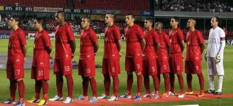 O São Paulo tentou inovar ao lançar uma camisa totalmente vermelha, mas a ideia não deu muito certo. A camisa ficou parecendo que estava manchada de sangue e foi pouco utilizada