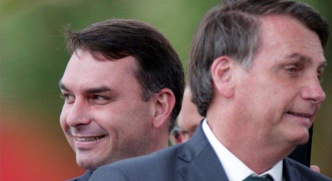 O senador Flávio Bolsonaro com o pai, Jair Bolsonaro, em Brasília; o parlamentar é investigado por irregularidades quando atuou como deputado estadual no RJ