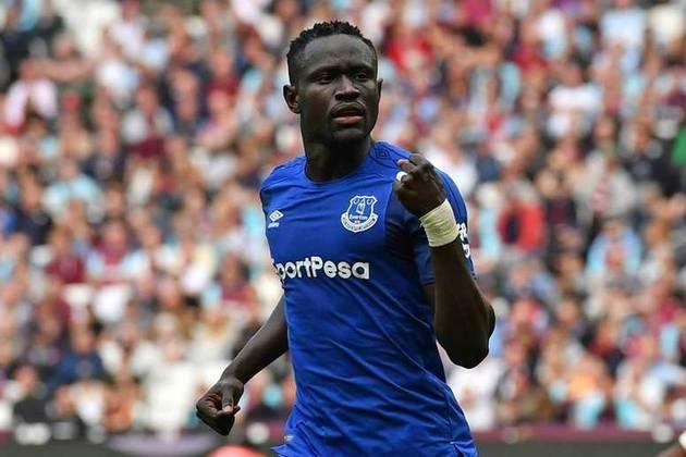 O senegalês Oumar Niasse, de 30 anos, deixou o Everton da Inglaterra. Assim é uma opção  no mercado de atacantes de qualidade livres na Europa.