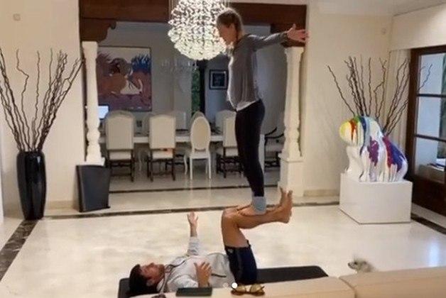 O sérvio Novak Djokovic, ao lado de sua mulher Jelena, lançou um desafio de yoga em duplas.No exercício, Djokovic deita com as costas no chão, ergue as pernas em um ângulo de 90º e sua mulher se equilibra sobre elas