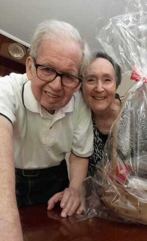 Tom Venetianer, sobrevivente do Holocausto, e a esposa Suzana exibem cesta
