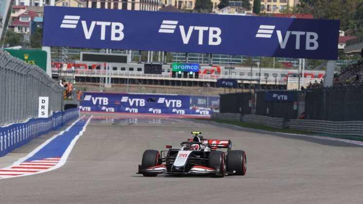O solitário Kevin Magnussen no circuito de Sóchi neste sábado