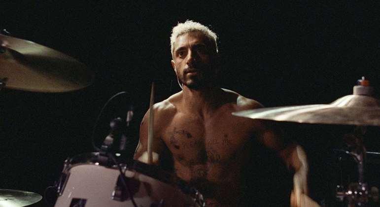 Riz Ahmed interpreta Ruben Stone, um baterista viciado em drogas que perde a audição