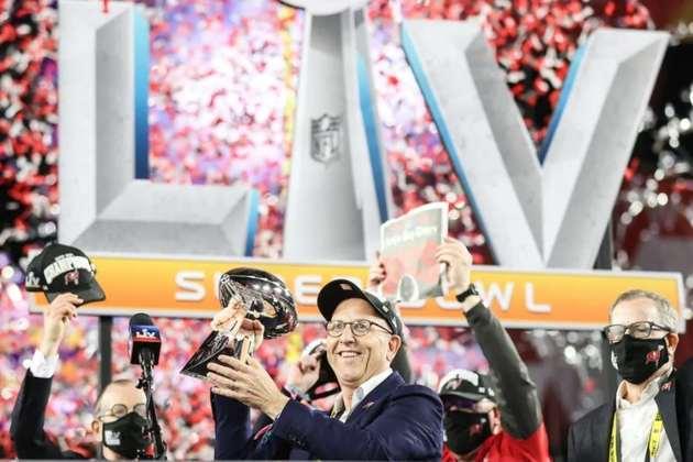 O Super Bowl, disputado no começo de fevereiro de 2021, pôde encher um terço da capacidade máxima do estádio Raymond James, na Flórida. Sob o comando de Tom Brady, o Tampa Bay Buccaneers venceu o Kansas City Chiefs e faturou o campeonato nacional de futebol americano.