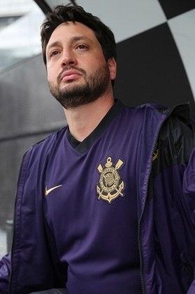 O técnico do time feminino do Corinthians, Arthur Elias, também posou para fotos com a nova camisa.