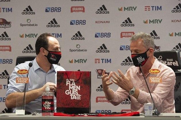 O técnico Rogério Ceni recebeu produtos do programa de sócio-torcedor do Flamengo