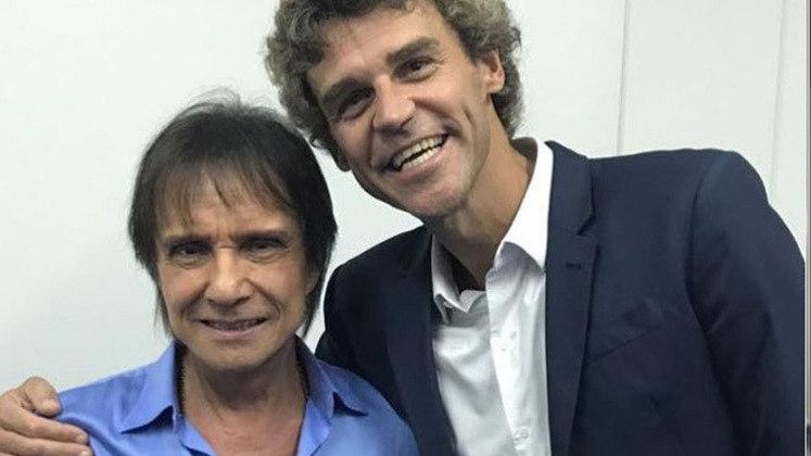 O tenista GUSTAVO KUERTEN também foi a um show do cantor... e depois tirou uma foto com ele.