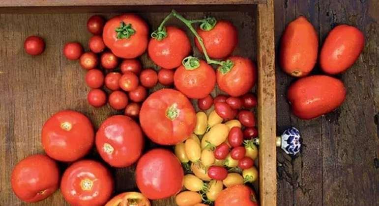 O tomate é fonte de licopeno, um poderoso antioxidante, além de conter substâncias anti-inflamatórias. Isso colabora para ter uma pele melhor e menos manchas e rugas.