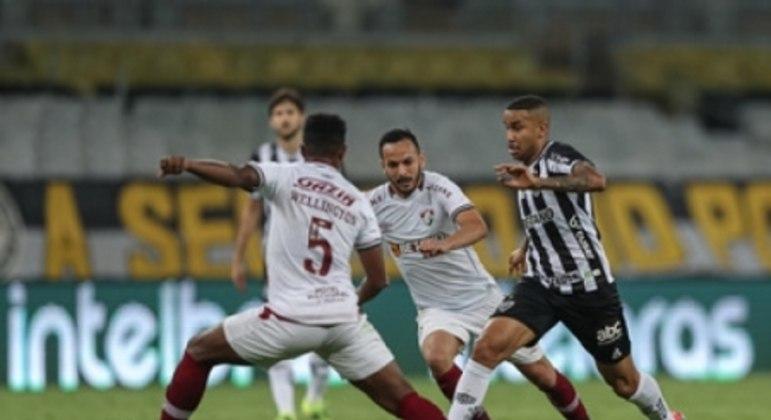 O treinador alvinegro elogiou a versatilidade do time em campo para sair da marcação do Fluminense