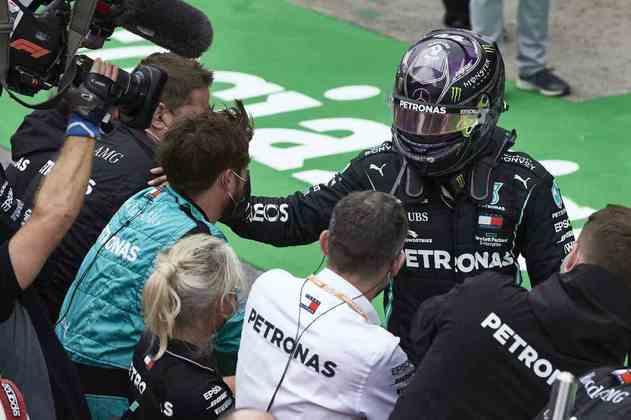 O troféu do recorde: Lewis Hamilton mais uma vez esteve no lugar mais alto do pódio