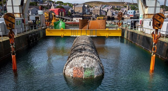 O tubo selado do centro de dados é retirado da água em Orkney