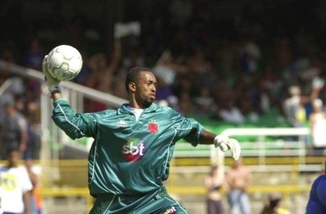 O Vasco foi campeão brasileiro de 2000 com essa icônica camisa de goleiro usada por Helton. Verde e com detalhes em preto, ficou na história do clube