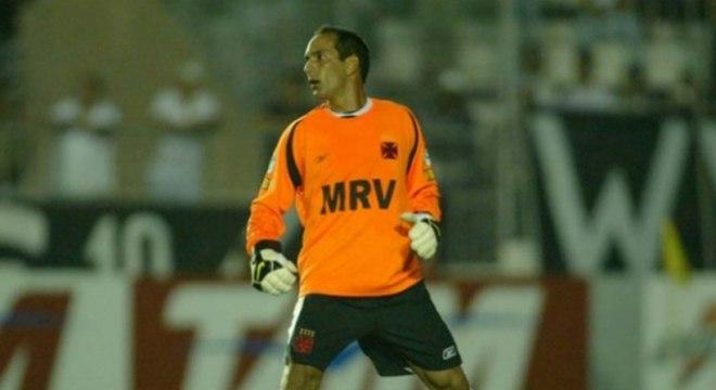 O Vasco perdia para o Cruzeiro por 2 a 0, quando Tiago foi expulso. Como as três substituições já tinham sido realizadas, Edmundo foi o escolhido para defender as traves cario