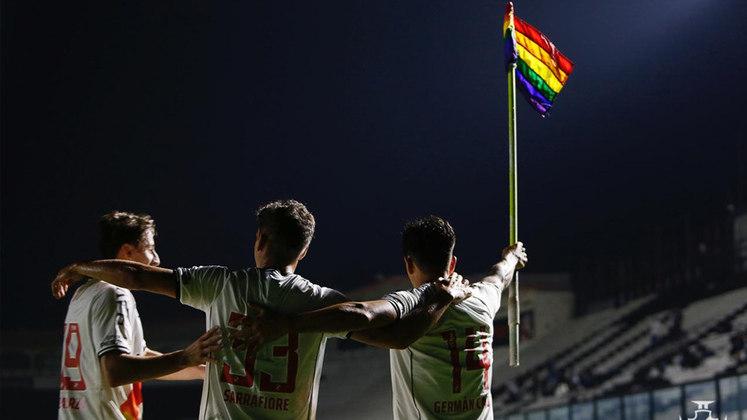 O Vasco também fez ações dentro e fora do campo. Além de uma publicação e da alteração da imagem de perfil do clube para uma arte com as cores LGBTQIA+, o time utilizou uma camisa com a tradicional faixa preta pintada com as cores da bandeira, além de trocar as bandeiras de escanteio pelas bandeiras do movimento.