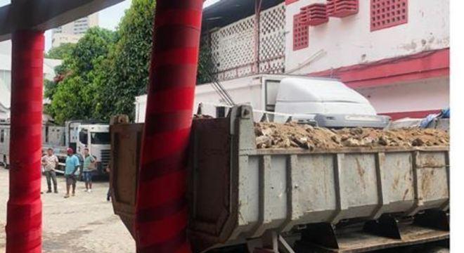 O veículo estava carregado de metralhas por conta de uma obra que acontece na quadra do estádio