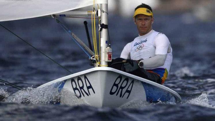 O velejador Robert Scheidt, de 48 anos, foi à água para aquecer para disputar a sua sétima edição de Jogos Olímpicos na carreira. Scheidt foi medalhista de ouro em Atlanta 1996 e Atenas 2004, além de prata em Sidney 2000 e Pequim 2008, e bronze em Londres 2012.