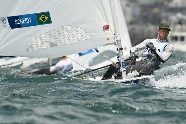 O veterano Robert Scheidt não conquistou medalha em sua sétima Olimpíada da carreira. O velejador brasileiro terminou a regata da medalha em último lugar.