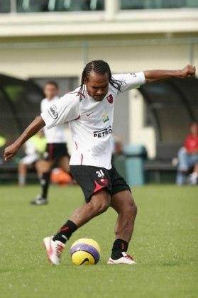O volante Claiton vestiu a camisa do Flamengo em 2007 depois de ter defendido inúmeros clubes do país - entre eles Inter, Santos e Botafogo. Ficou pouco e transferiu-se para o Athletico-PR.